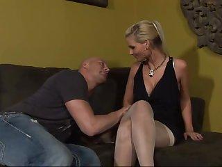 Шикарная леди засунула страпон в жопу парню