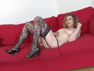 Секси бабулька любит мастурбировать