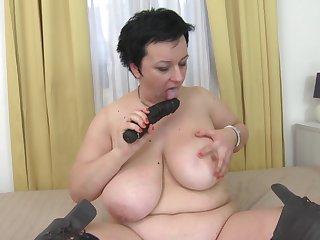 Тётка с буферами мастурбирует на камеру