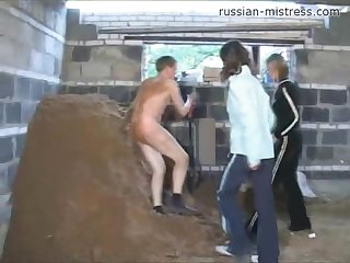 Ирина и Тамара дрочат чувака на стройке