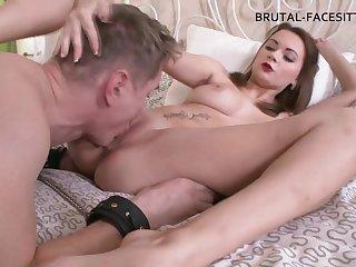 Луиза издевается над своим рабом