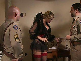 Шикарная проститутка Аврора обслуживает солдат