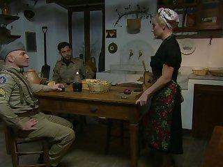 Тётка удовлетворяет голодных солдат