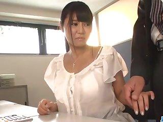В конце работы она отсасывает у босса