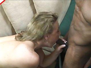 Зрелая блондинка сосёт чёрную колбасу