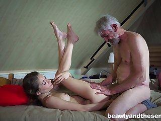 Дедуля делает внучке кунилингус