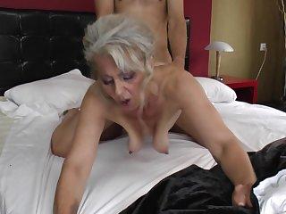 Горячая бабуля в экстазе от порева