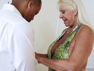 Бабка вызвала секс помощь