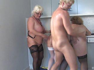 Молодой чувак шпилит трёх тёток...
