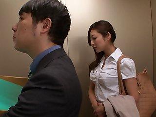 Босс трахнул секретаршу в лифте