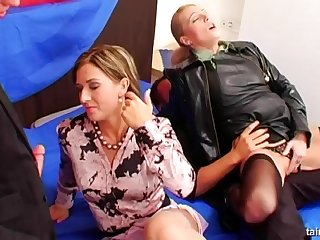 Гламурные тёлки в жёстком порно