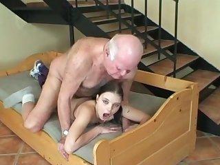 Дедуля совратил внучку и вдул в очко