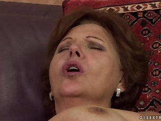 Зрелая леди на пике оргазма