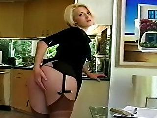 Обворожительная блондинка в чулках