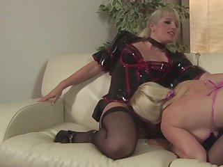 Melanie Moon is sucking puss of Uma Masome
