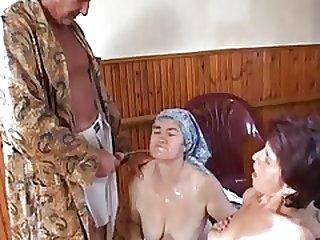 Бабулю с внучкой трахают в жопу