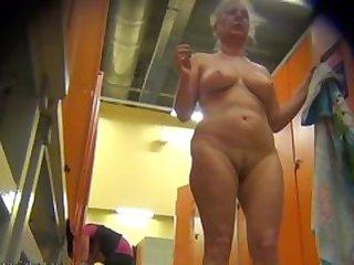 Порно скрытая видеокамера в раздевалке зрелые женщины