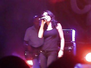 Jenifer remue ses gros seins en concert.