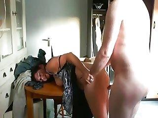 Elle se fait prendre juste avant que son mari rentre