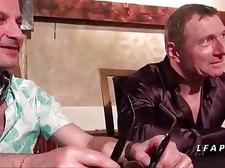 Jeune et jolie brunette sodomisee pour son casting porno