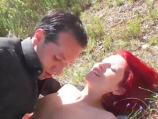 Julie Valmont rousse a gros seins suce et baise en exterieur