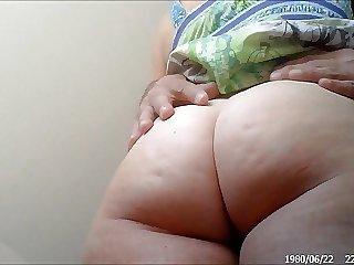 Пожилая тетка приподняла юбку и поглаживает мохнатую дырку