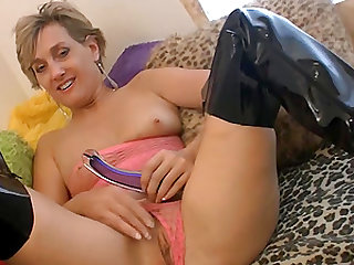 Mature women playing with her pussy