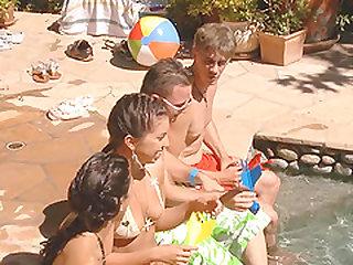 ебля в бассейне