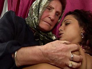 Steffani fingering mature granny pussy seductively