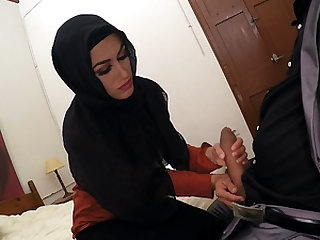 Arab slut gets cunt stretched by pulsating cock