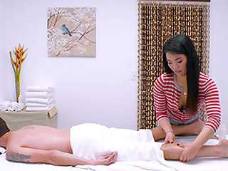 Busty Asian chick Nari Park is the one for massages with a happy end