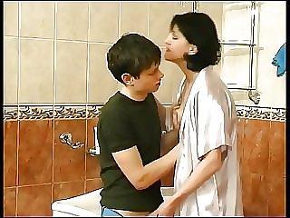 Сынуля гладит мамины сиси и жарит её в ванной