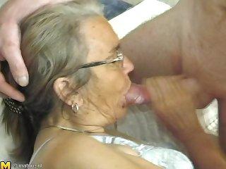 Бабка в очках глубоко заглатывает член