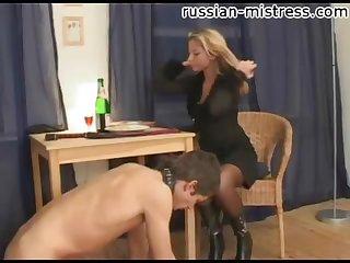 Пьяная дама унижает раба в ошейнике