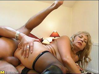 София подмывает манду перед бурным сексом