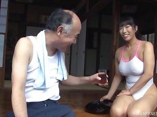 Японский дедуля заигрывает с сисястой служанкой