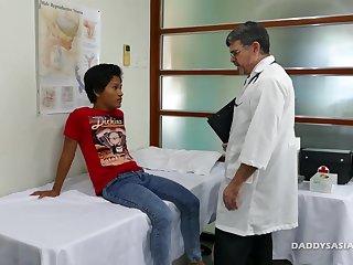 Доктор совратил азиатского мальчонку