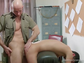 Офицер грубо трахает солдата