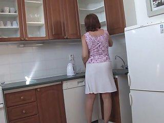 Зрелые лесби мастурбируют на кухне