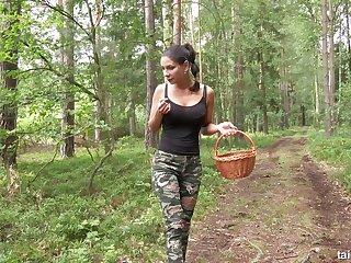 Байкерша делает куни в лесу...