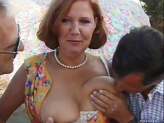 Зрелой тётке накончали на лицо