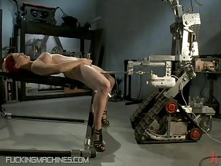 Секс аппарат долбит рыжую сучку