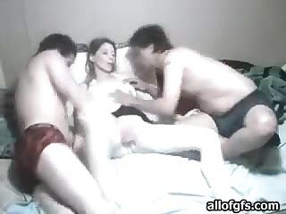 Шалава приняла два члена в рот
